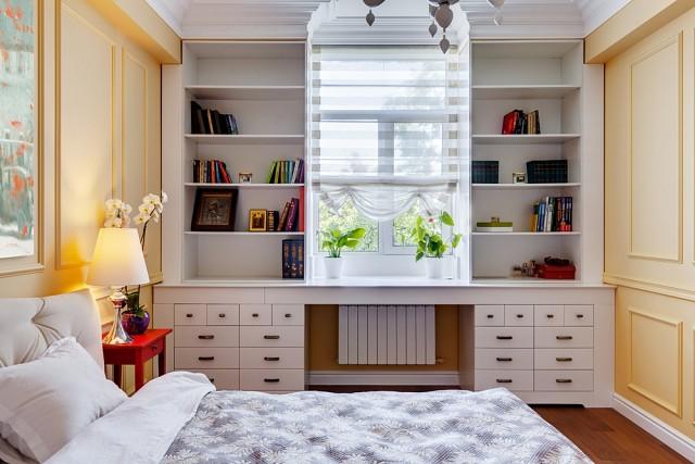 Стол со стеллажами у окна